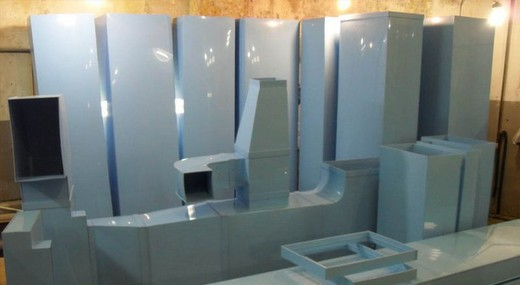 На фото: пластиковые воздуховоды для вентиляции разных форм и размеров