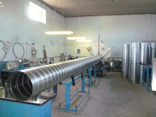 На фото: оборудование для производства оцинкованных воздуховодов вентиляции