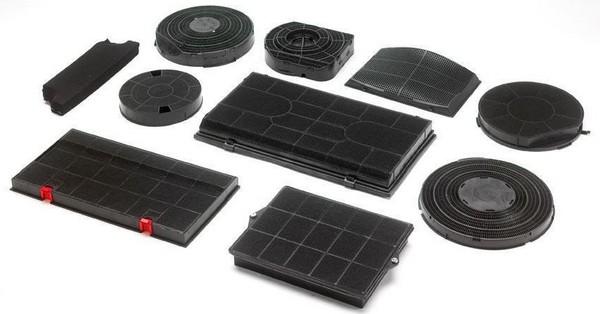 На фото: ассортимент угольных фильтров для вытяжки производителя Elica
