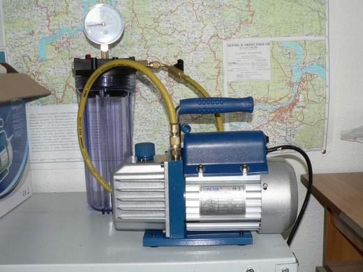 На фото: стандартный вакуумный насос для бытовых кондиционеров