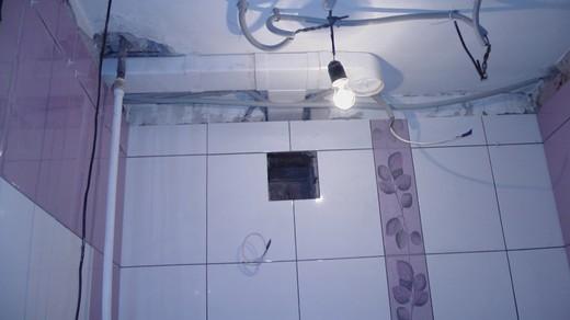 На фото: вентиляционное отверстие в ванной комнате в квартире