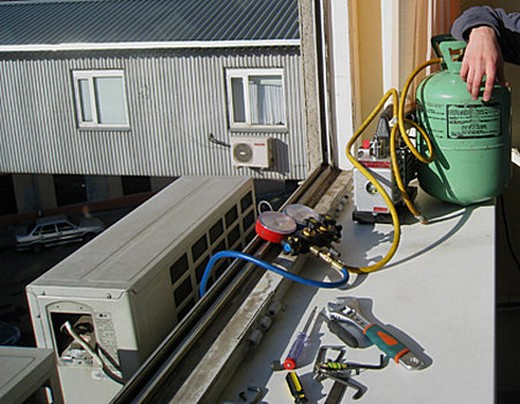 Процесс заправки кондиционера фреоном на фото