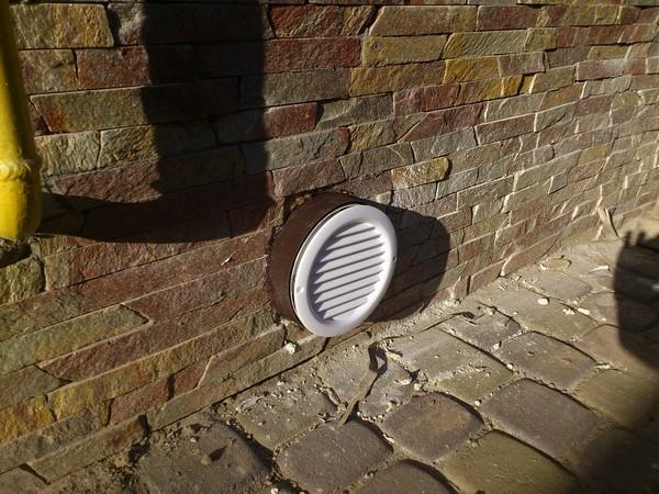 Внешняя часть естественной приточно-вытяжной системы вентиляции в подвале