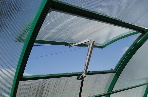 На фото: использование форточек в качестве системы вентиляции теплицы