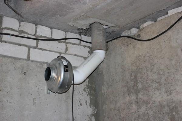 Труба принудительной системы вентиляции в подвале гаража