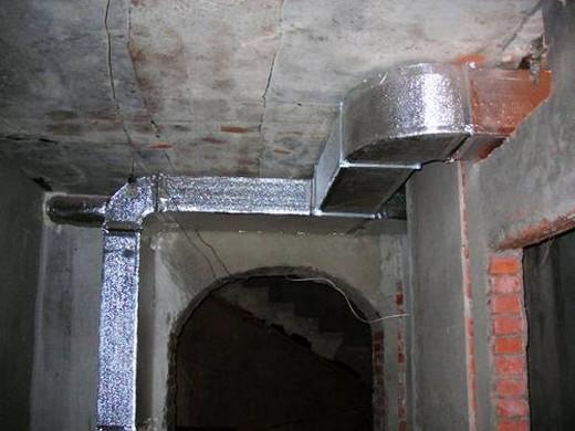 На фото: вентиляционная система подвального помещения