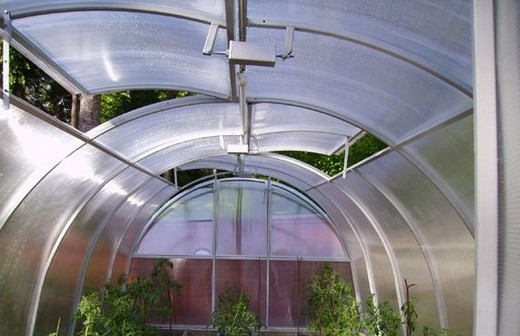 На фото: автоматическая система вентиляции в теплице из поликарбоната