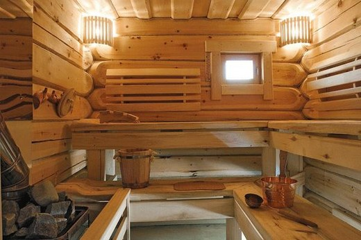 На фото: парная бани с  решетками вентиляционной системы