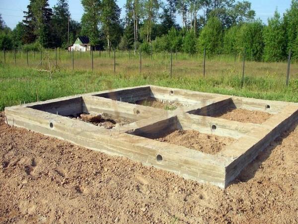 На фото: вентиляционные отверстия в фундаменте бани