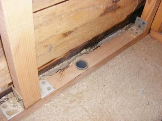 На фото показан вариант организации вентиляционного отверстия в стене моечной