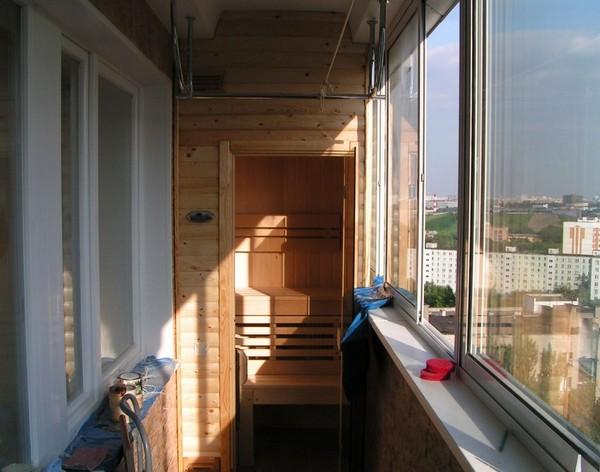 Интересный вариант с сауной на балконе квартиры