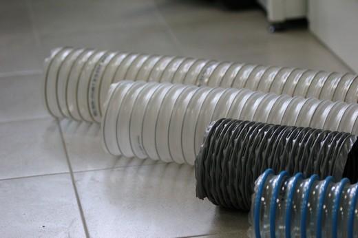 На фото: несколько типов гибких воздуховодов для вентиляционных систем