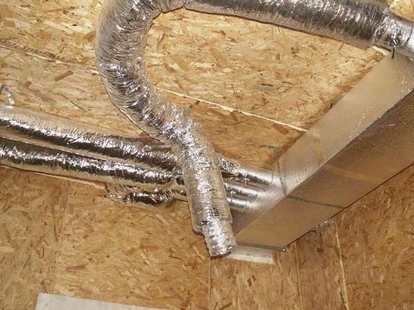 На фото: система вентиляции из гибких изолированных воздуховодов