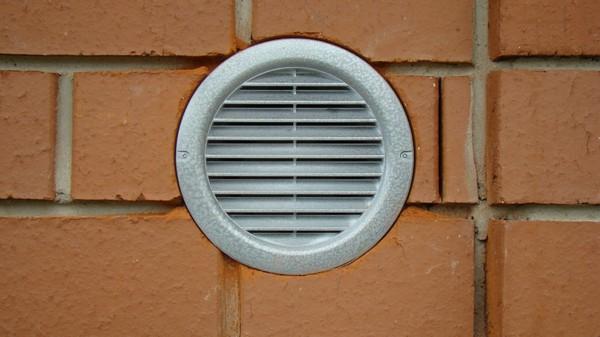 Монтированный в стену вытяжной клапан для вентиляции